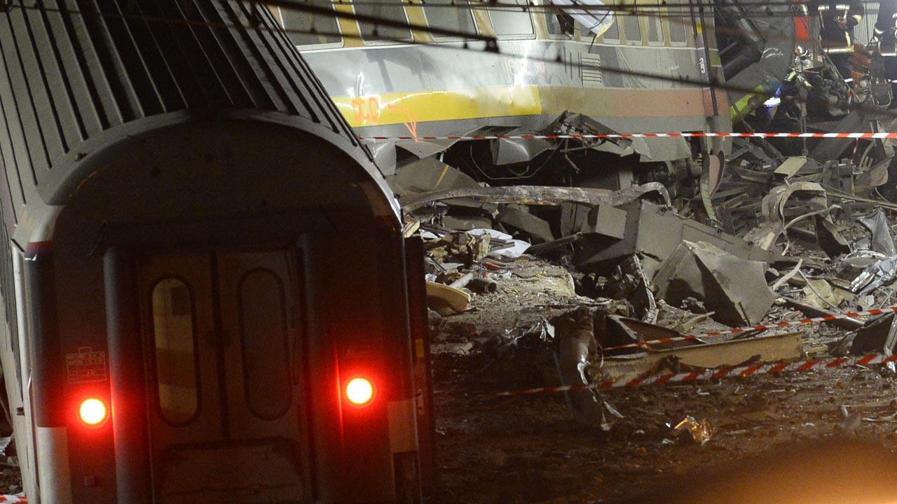 Dos trenes colisionaron provocando que varios vagones de ambas unidades se incendiaran