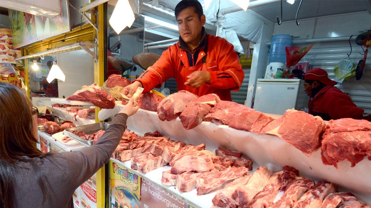 Los puestos callejeros que venden cortes de pollo o carne pueden ser un foco de enfermedades