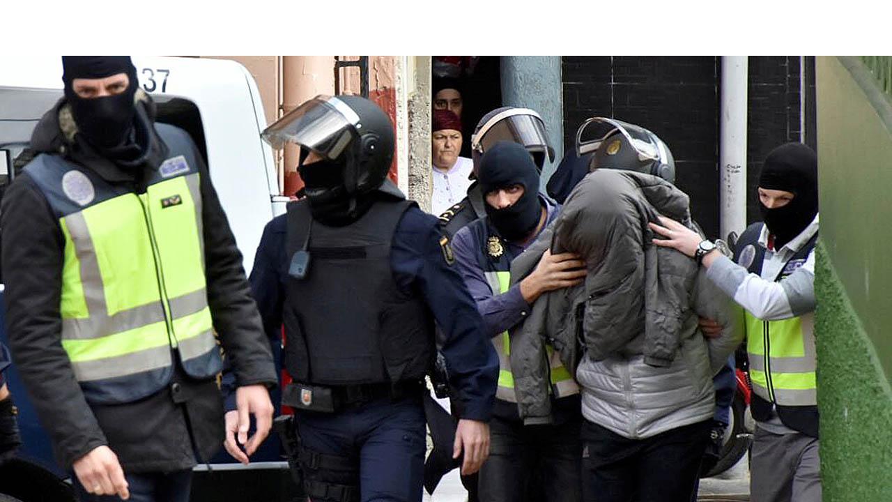 La operación realizada por la Policía española en todo el país dejó 56 hombres detenidos que distribuían fotografías de niños por Internet