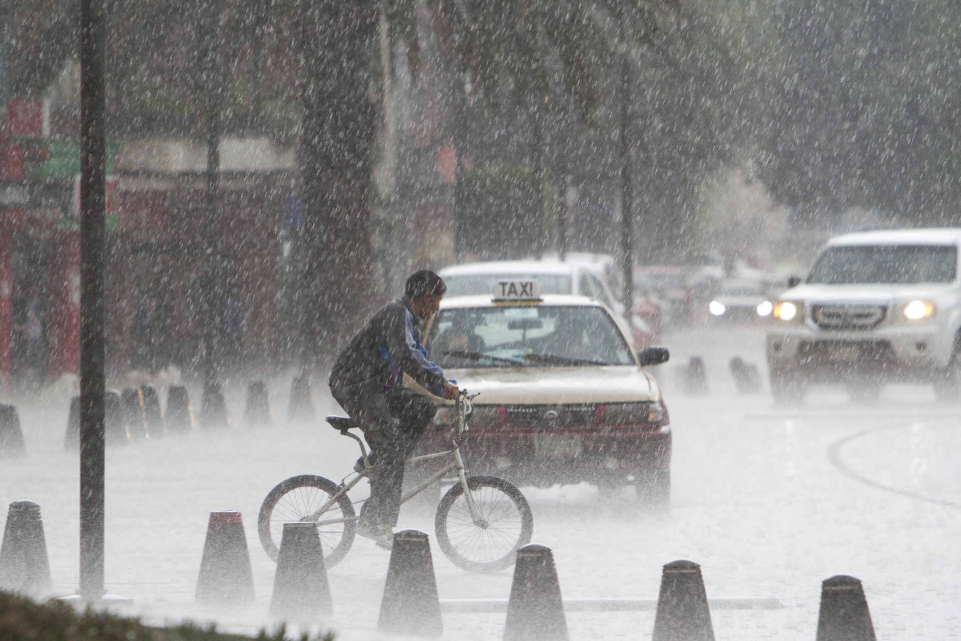 Una tormenta eléctrica acompañada de una granizada afectó la capital colombiana durante el día lunes