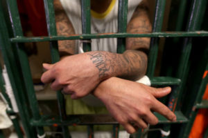 El hecho de que las cárceles del país se encuentren abarrotadas se debe a que una gran parte de los reclusos esperan aún una sentencia del tribunal correspondiente