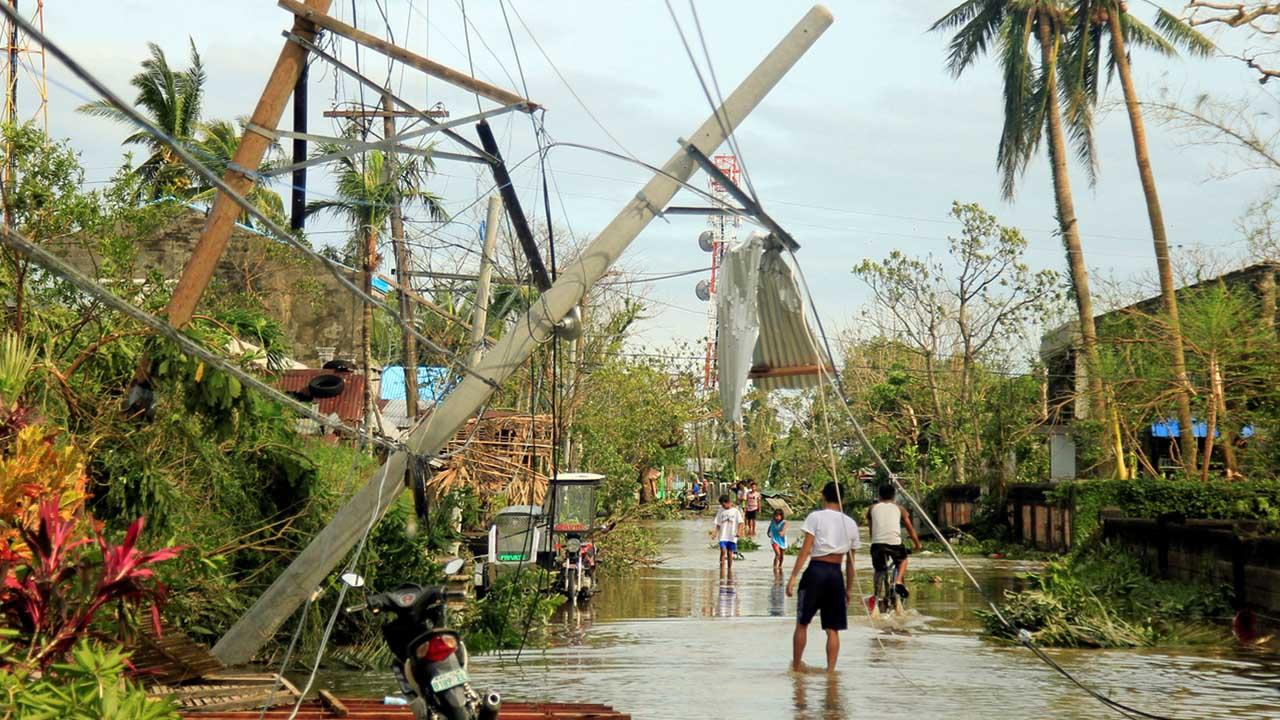 El paso del huracán por Filipinas hizo destrozos en la región y dejó varias personas fallecidas