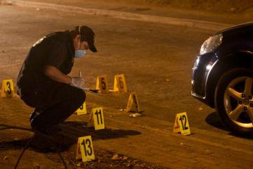 Los funcionarios policiales trasladaron los cadáveres a la morgue de la Ciudad Hospitalaria Dr. Enrique Tejera