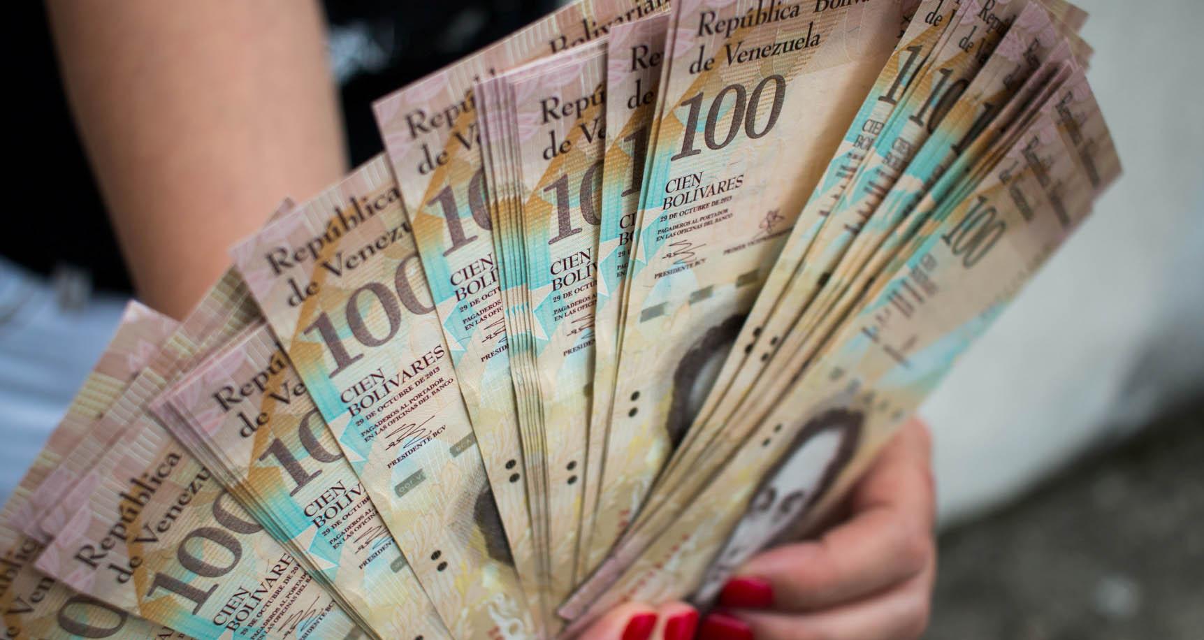 La mujer arrestada luego de intentar salir del penal con 16 mil 500 millones de bolívares distribuidos en el papel moneda