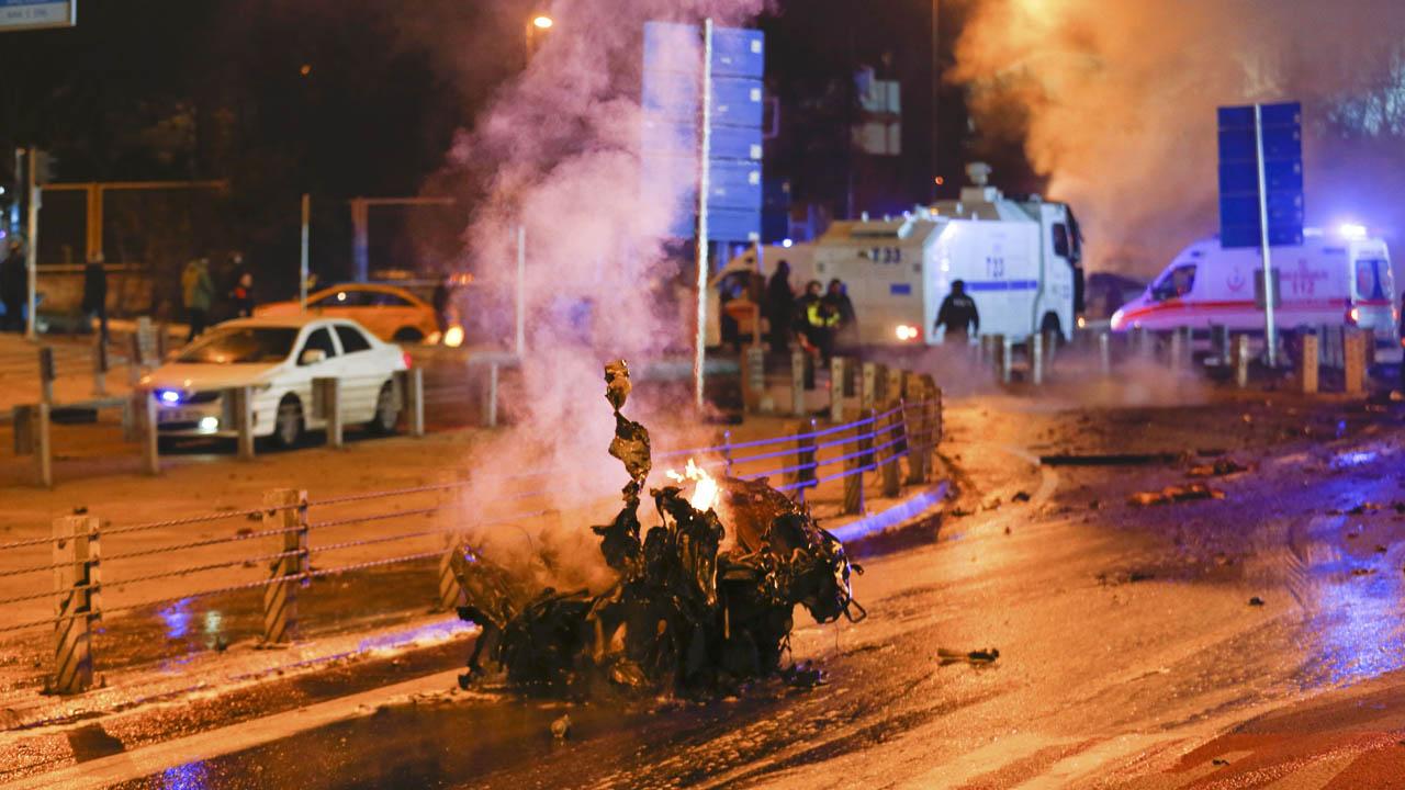 Las explosiones se generaron en el centro turístico del país dejando 30 policías fallecidos y 8 civiles