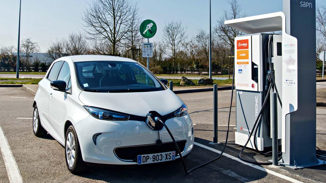 El país europeo otorgará 10 mil euros a los usuarios de vehículos eléctricos en pro de la prevención de la contaminación del aire
