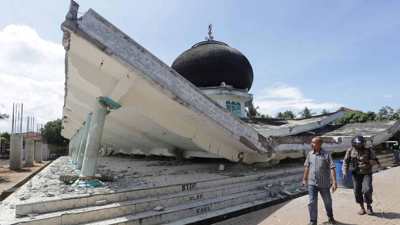 Al menos 97 personas murieron y otras 300 resultaron heridas durante el terremoto que causó daños en diferentes estructuras