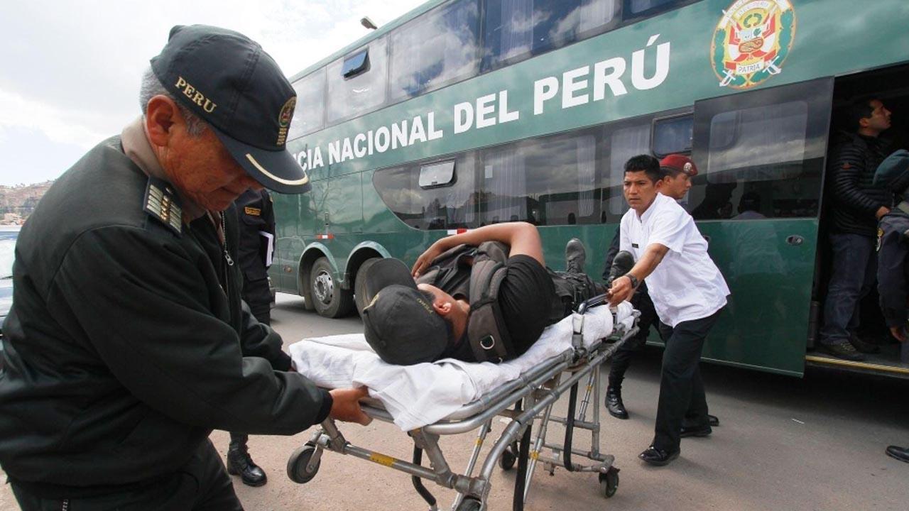 Varios funcionarios policiales murieron y otros 13 quedaron heridos tras la caída de un autobús a un abismo de 700 met