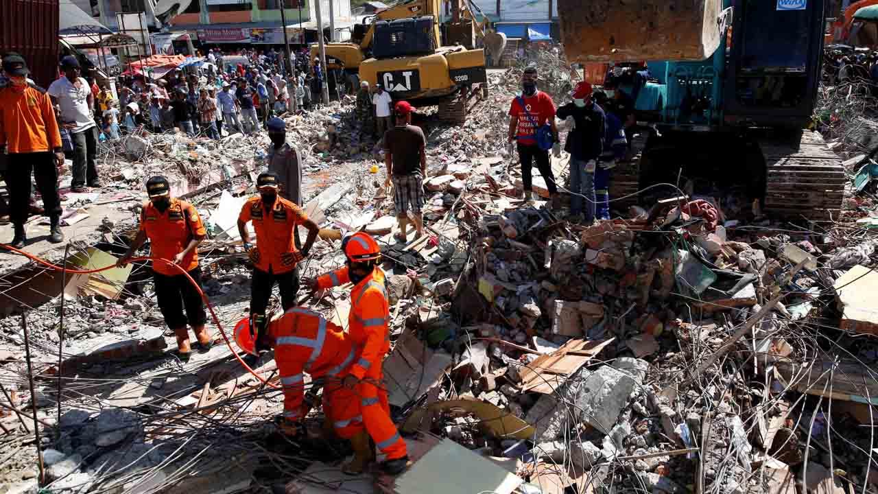 Ya se contabilizan 102 muertos y continúan las labores de rescate para hallar más supervivientes