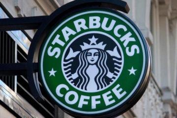 Starbucks le brinda a sus empleados talleres de discriminación