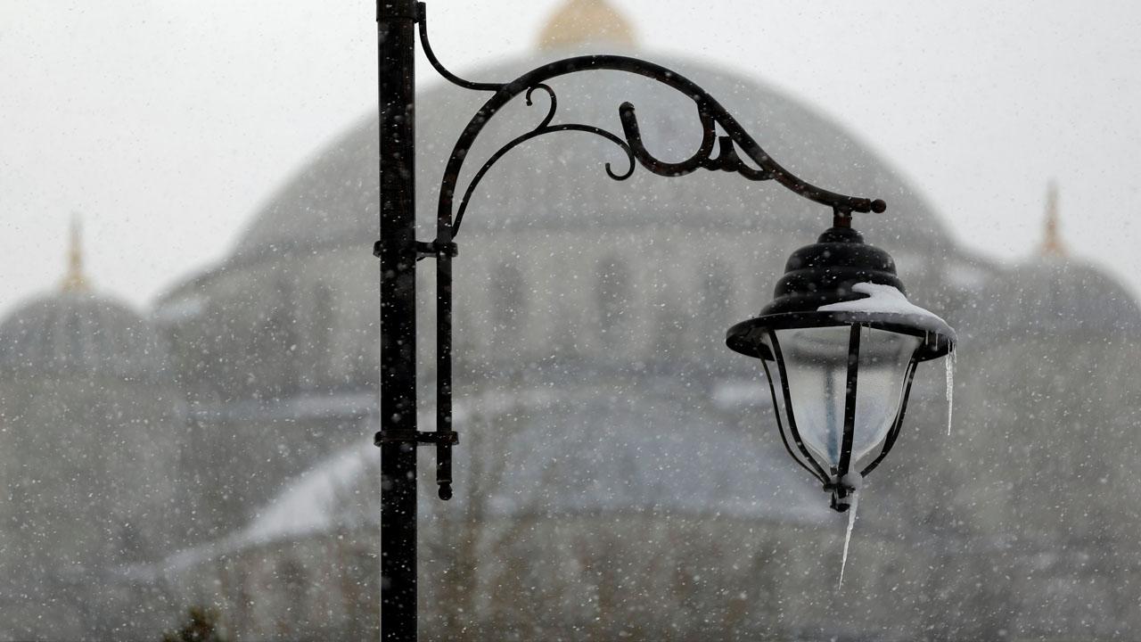 Una gran cantidad de rutas del aeropuerto de Atatürk de Estambul fueron suspendidas por las nevadas en la metrópolis turca