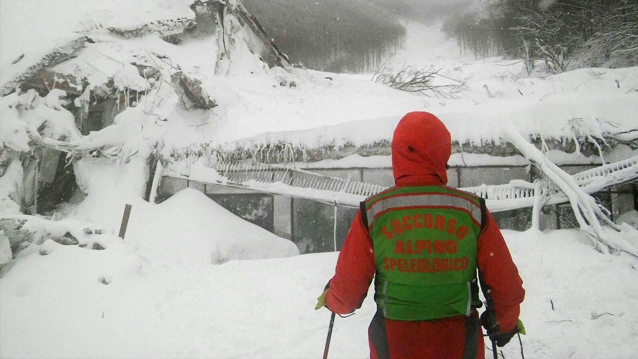 El grupo de rescatistas logró encontrar a un grupo de personas, entre ellos una niña, quienes se encontraban bajo la nieve