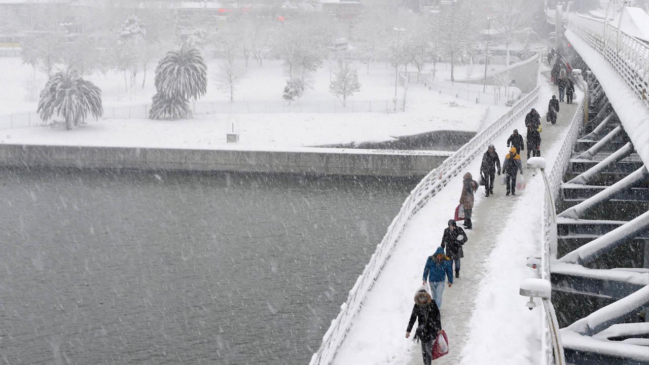 Las fuertes nevadas han causado la cancelación de una gran cantidad de vuelos en el aeropuerto de Atatürk en Turquía