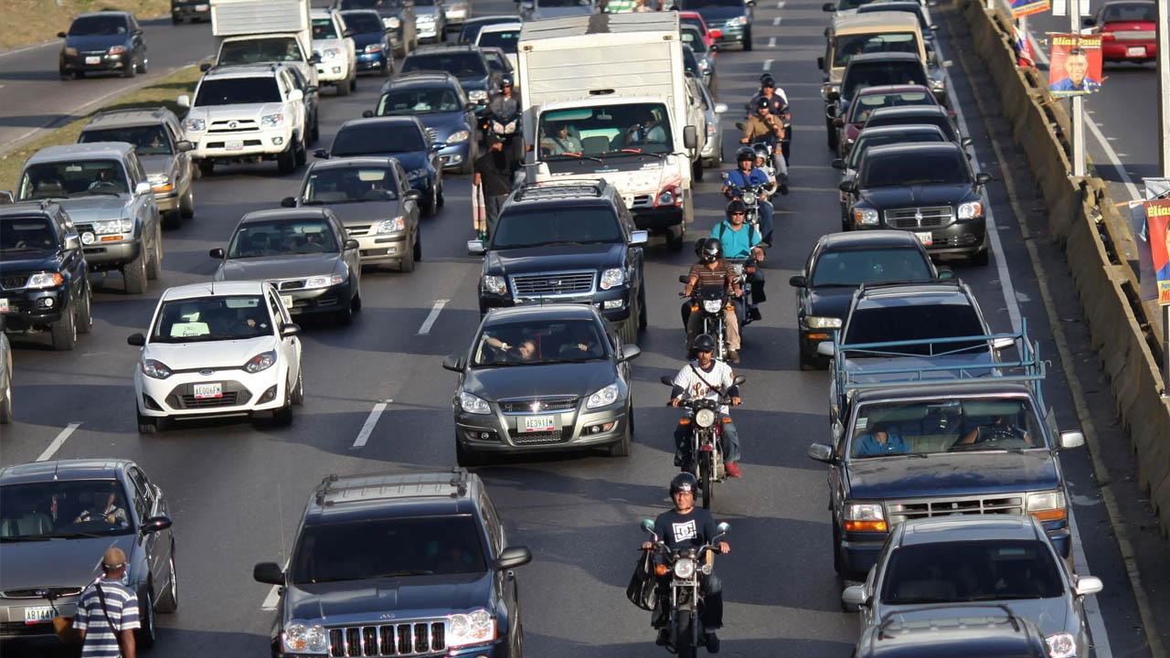 Desde las 8 de la mañana un grupo de manifestantes se encuentran pidiendo elecciones en la autopista a la altura de El Rosal