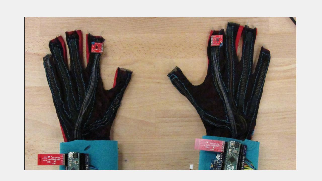 Se trata de un guante diseñado por dos estudiantes el cual es capaz de traducir el lenguaje de señas a través de audios inmediatos