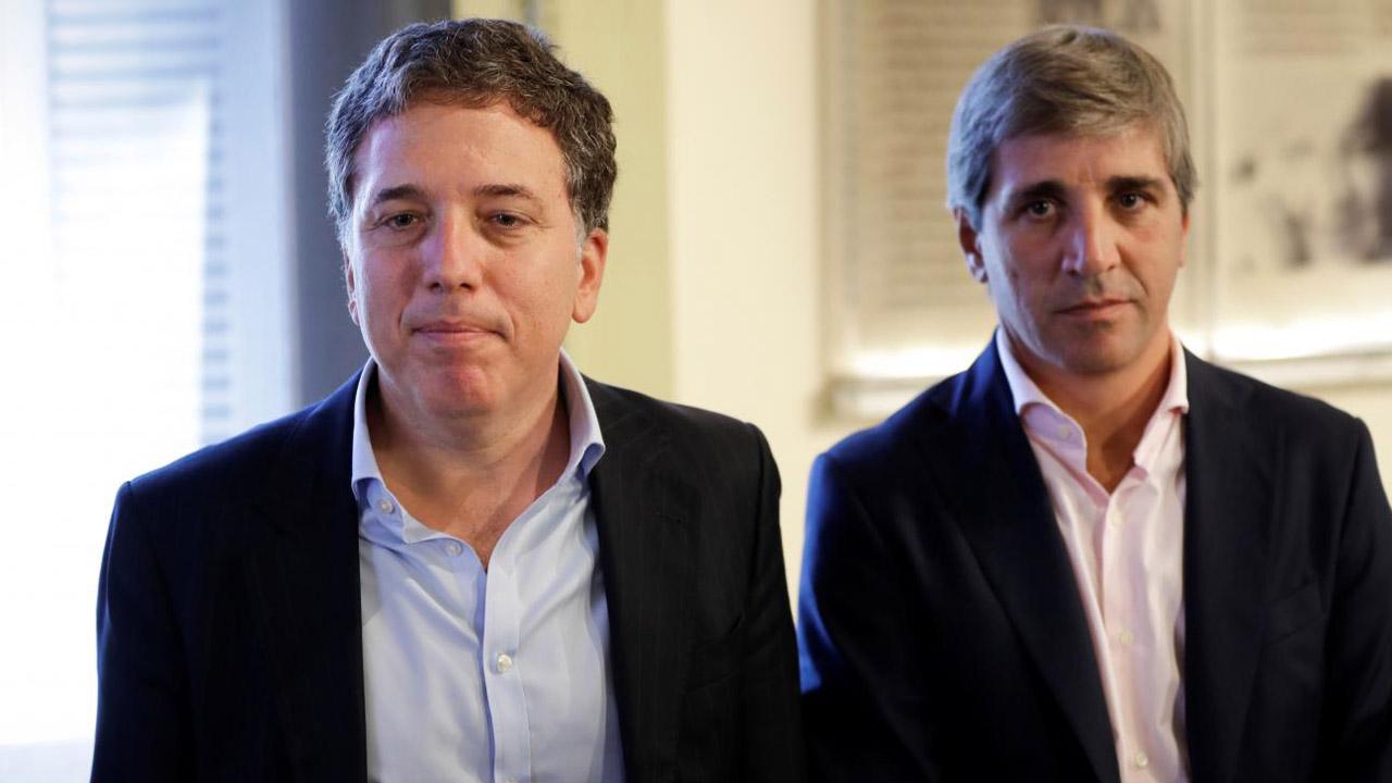 Nicolas Dujovne como ministro de Hacienda y Luis Caputo como ministro de Finanza, quienes ejercían su labor desde el 1 de enero