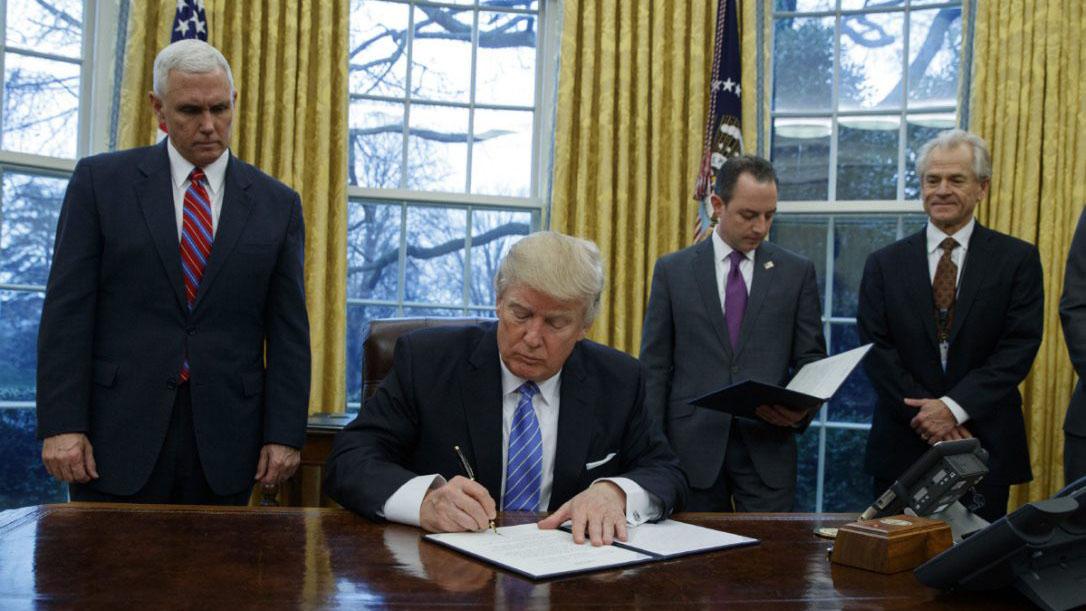 El recién juramentado presidente firmó además otras dos órdenes ejecutivas en su primera jornada desde la Casa Blanca