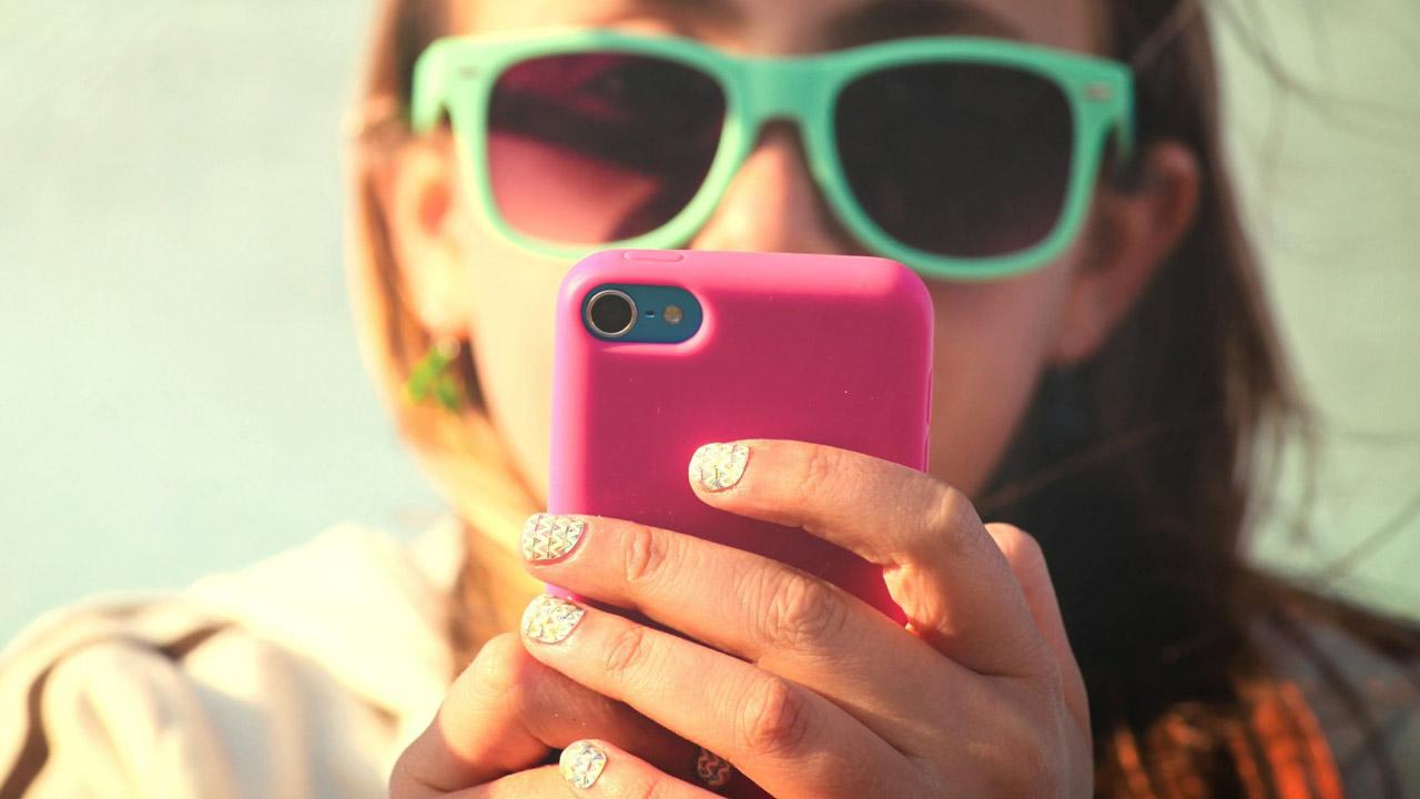 Es vital que los padres hablen con sus hijos sobre los peligros que existen en las redes sociales y que nunca los dejen sin supervisión