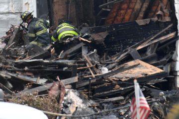 La casa de tres pisos quedó completamente destruida. Tres personas quedaron gravemente heridas