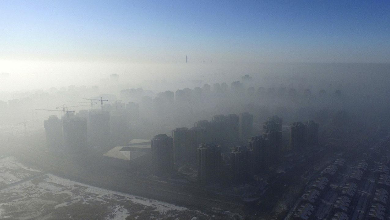 Varias carreteras permanecen sin accesos y vuelos fueron cancelados debido a la alta contaminación