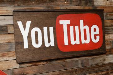 doble llave - La plataforma de videos se alió con el popular consultor para anunciar cuando un contenido sea conspirativo