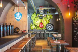 La cervecera que admite canes en sus bares y operadoras, ofrecerá servicio remunerado a sus empleados para que compartan con sus perros