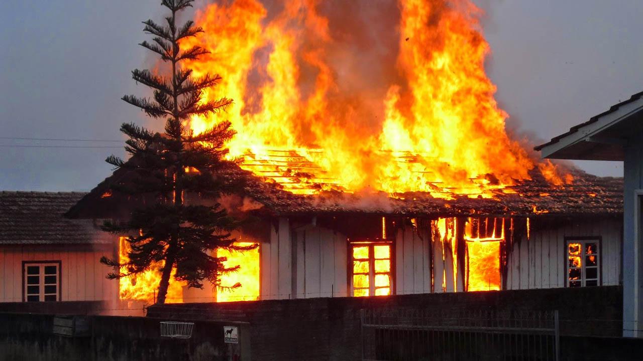 Un total de 6 personas murieron, entre ellas 5 niños tras un incendio que se extendió por toda la residencia de la familia afectada