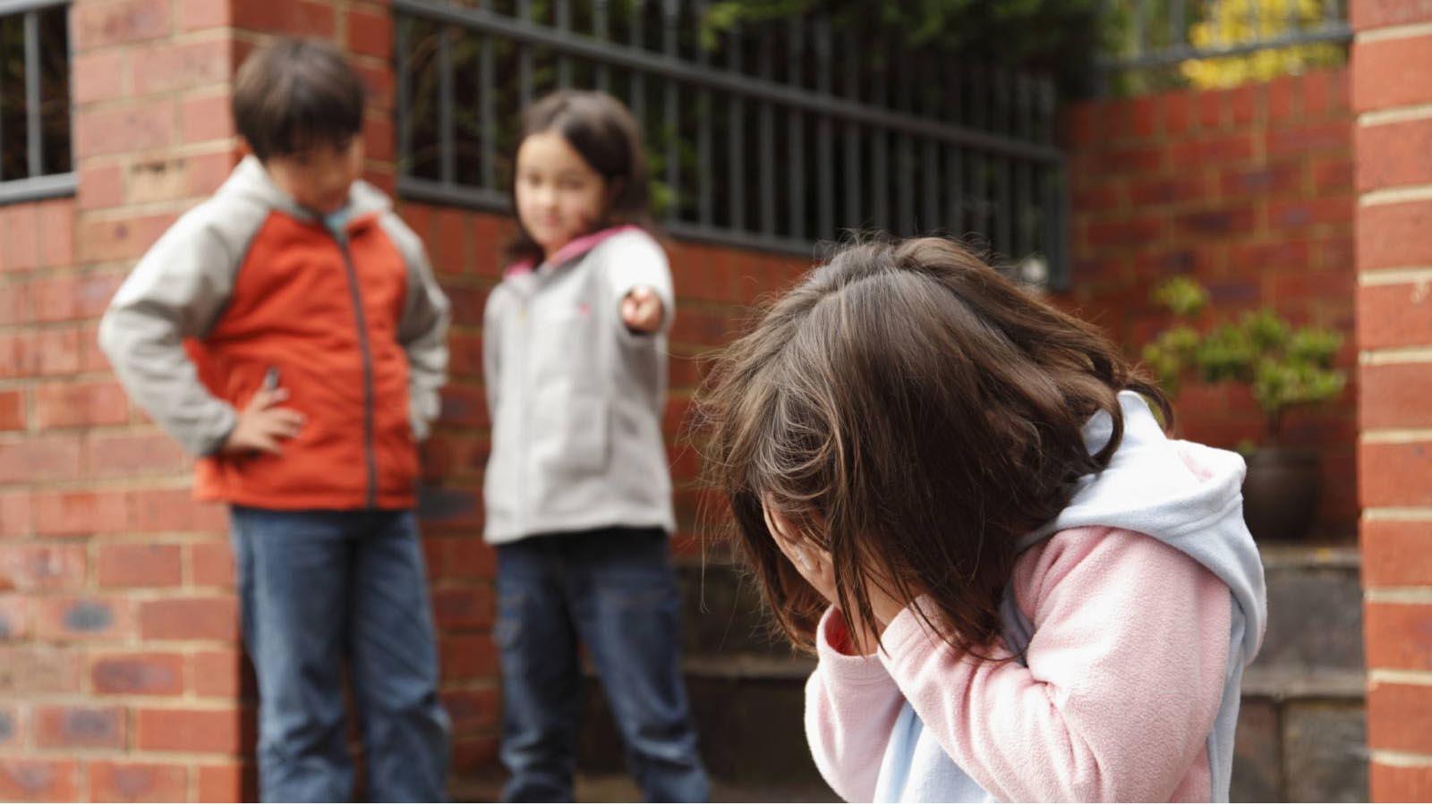 La comunicación y el tiempo de calidad con tu hijo es fundamental para que no encuentre salida maltratando a quienes le rodean
