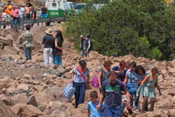 Las fuertes lluvias colapsaron la zona central de Chile, donde los habitantes se dirigen a distintos puntos buscando abastecerse del líquido vital