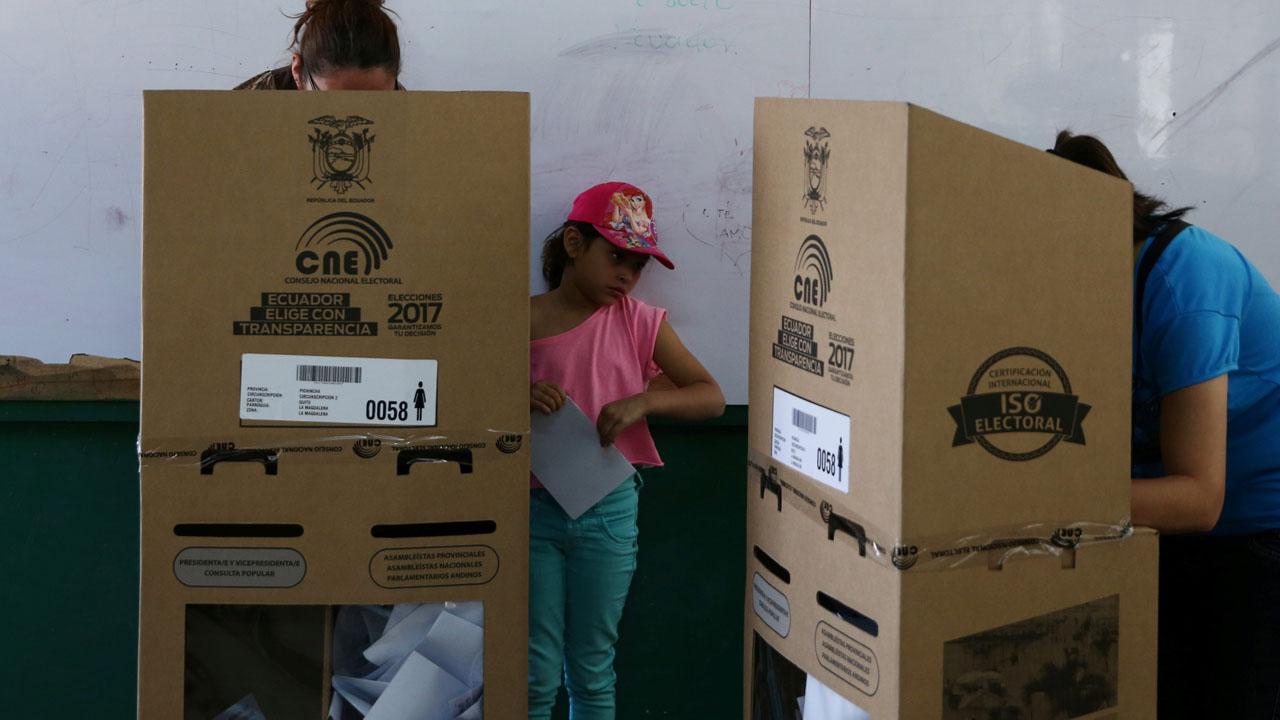 Con 87,5% de las actas escrutadas el candidato oficialista Lenín Moreno logró el 39,11% y el opositor Guillermo Lasso el 28,27%