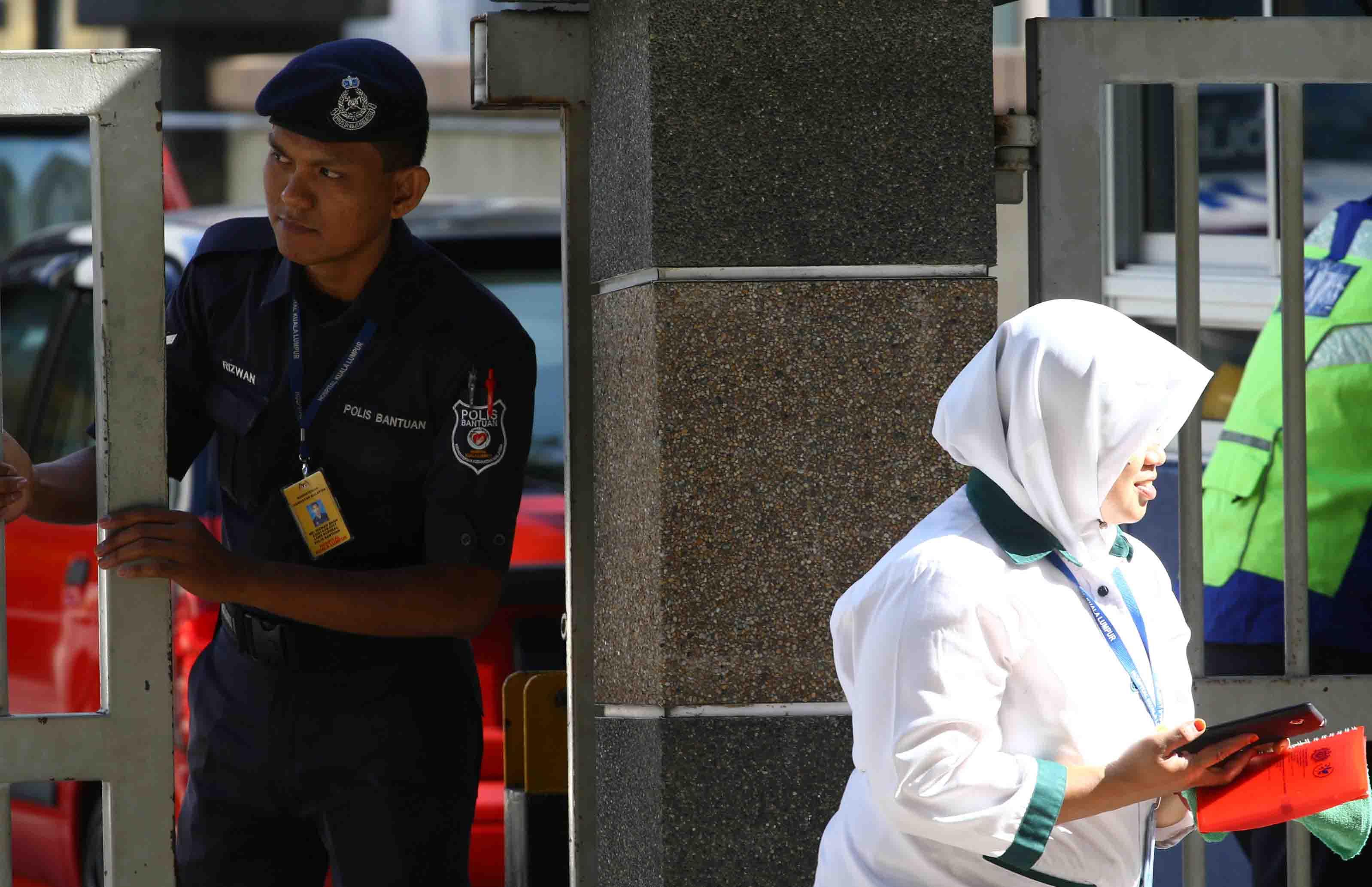 La Policía malasia tiene permiso de permanecer con el cadáver hasta que los familiares presenten una muestra de ADN
