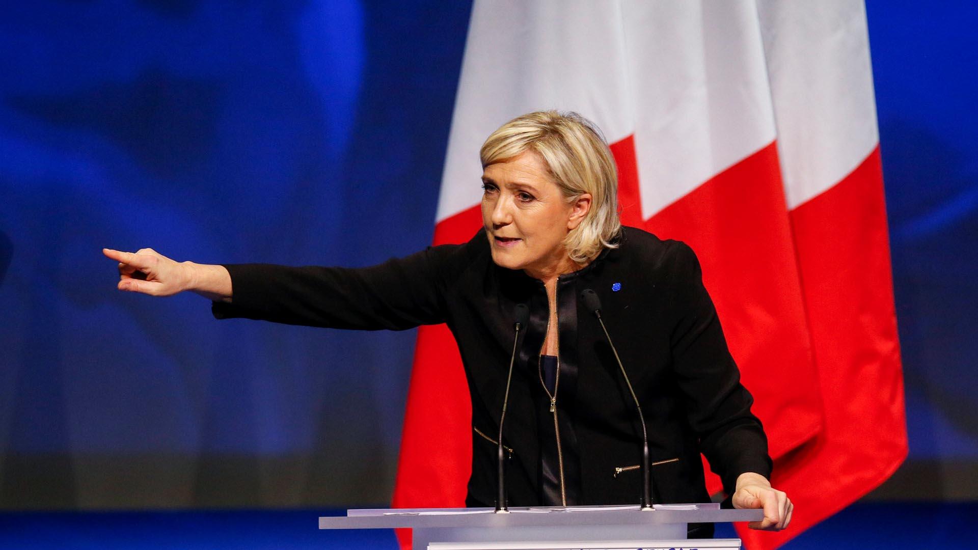 La política francesa criticó fuertemente la inmigración y la posición de la UE, asomando la posibilidad de retirarse de ella
