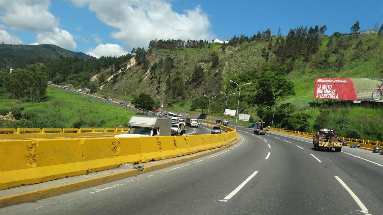 Un camión, que transportaba azúcar, tuvo un accidente a la altura de Las Mayas y creó impedimentos para entrar a la capital