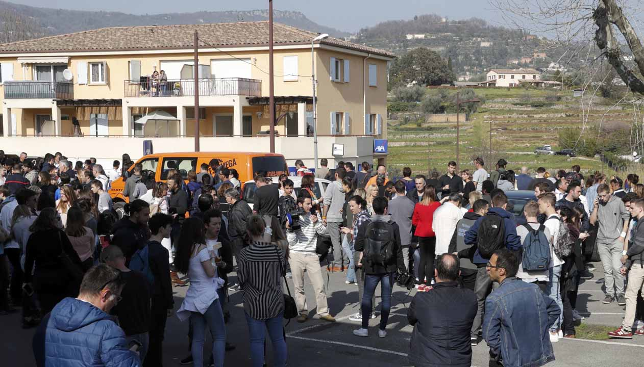 El adolescente de 17 años ingreso a las instalaciones de la escuela secundaria con un fusil, una pistola, un revólver y una granada