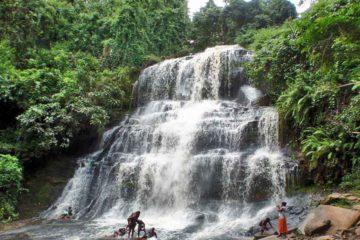 Un árbol cayó sobre las cataratas de Kintampo cuando varios estudiantes se encontraban nadando en el lugar dejando más de 30 heridos
