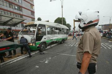 El incidente ocurrió cuando un tráiler impactó por la parte trasera a una minivan que estaba detenida recogiendo pasajeros