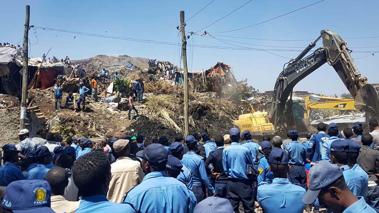 """A 50 incrementó el número de fallecidos tras el colapso del vertedero de basura """"Koshe"""" registrado durante el fin de semana"""