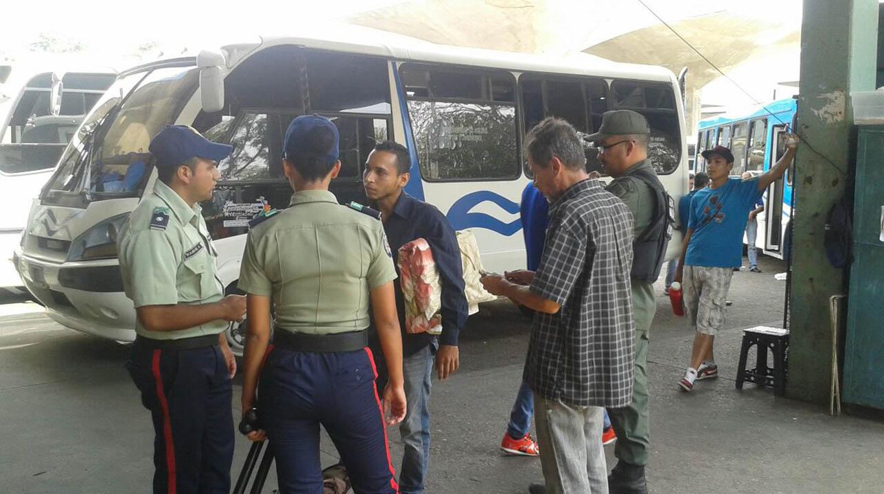 Las tres unidades de transporte público presuntamente trasladarían combustible de manera ilegal a Colombia