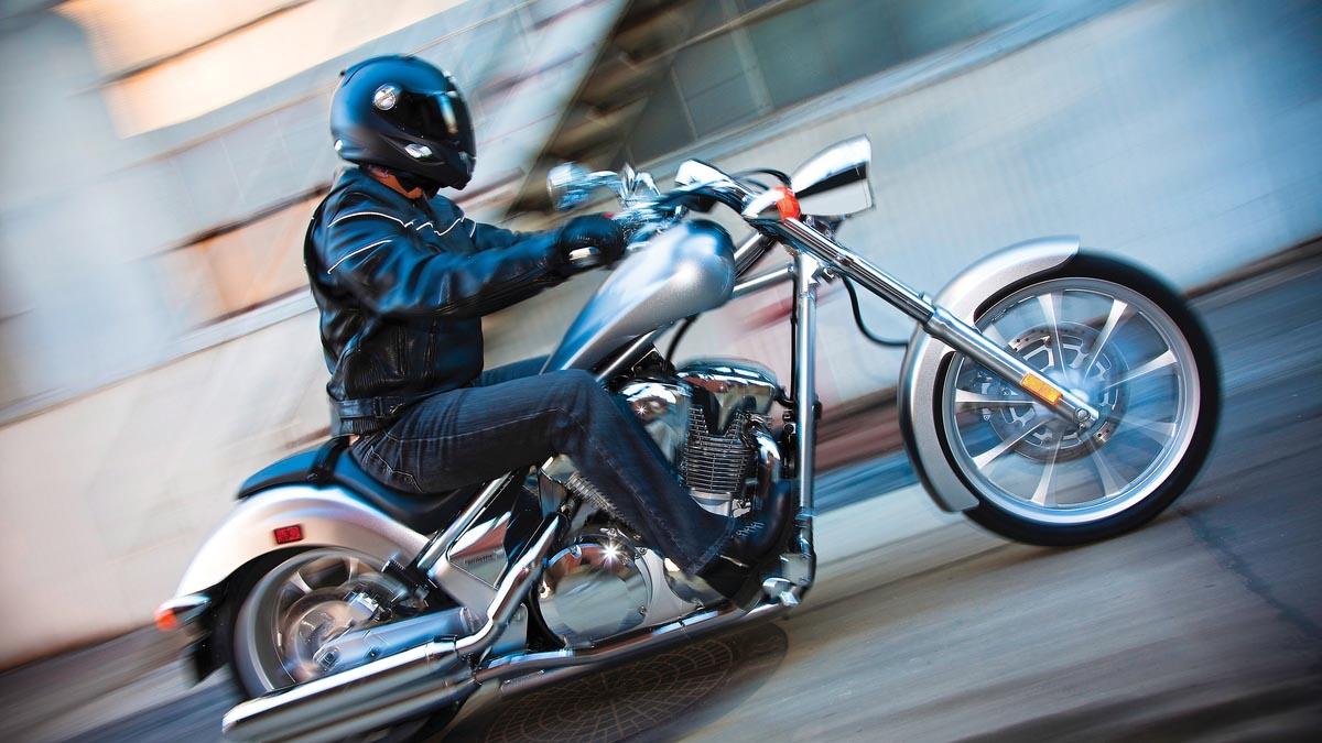 Lo primero que debe tenerse en cuenta es que en una moto no deben viajar más de dos personas