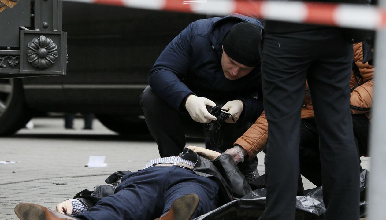 Denis Voronenkov fue sorprendido por un sujeto que sin mediar palabras abrió fuego contra él en la salida del hotel Premier Palace en el centro de Kiev