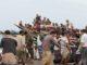 La embarcación que trasladaba 145 personas de Somalia y Yemen fue atacada por un helicóptero militar