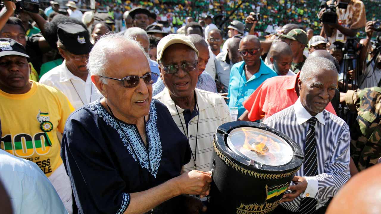 El compañero de prisión y consejero parlamentario de Mandela falleció a los 87 años luego de someterse a una cirugía en el cerebro