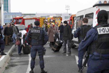 El hombre intentó robarle el armamento a un oficial de seguridad en las afueras del Orly