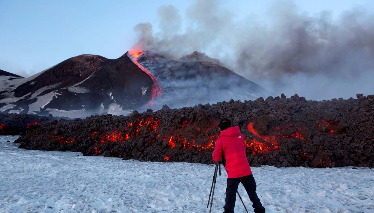 Este es uno de los volcanes más activo del mundo y expulsa lava del cráter a mil 200 grados centígrados