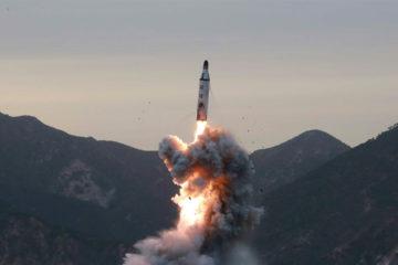 El misil, que estaba dirigido a una base aérea de Siria, afectó a un grupo de civiles también