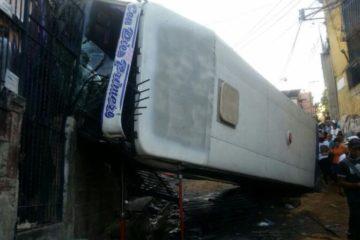 De acuerdo con los reportes, el autobús se volcó y se llevó a su paso otros 3 vehículos