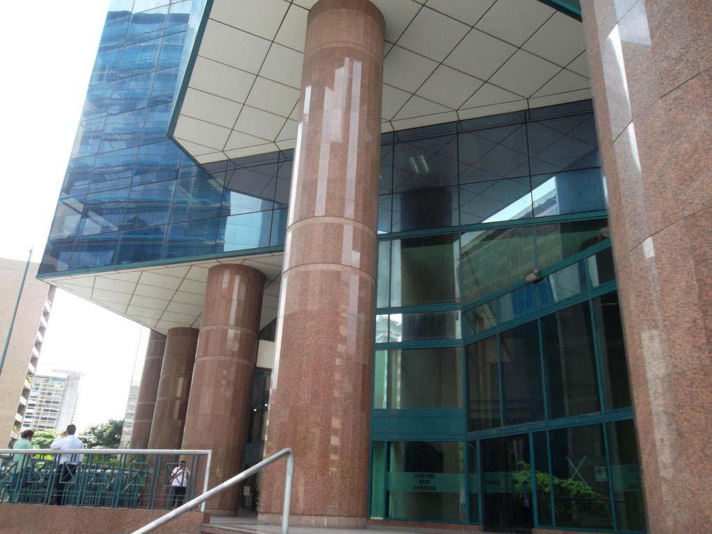 El alcalde, Ramón Muchacho explicó que el artefacto explosivo se encontraba desactivado en las escaleras del edificio Zurich en el municipio