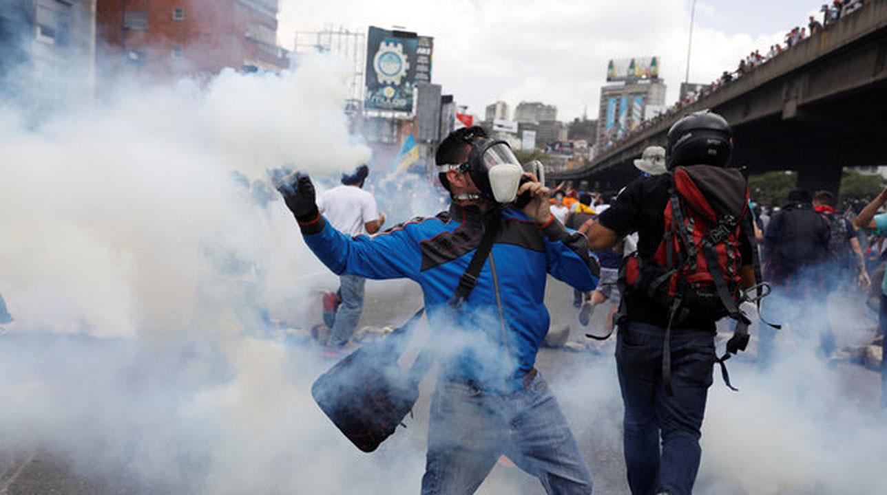 Bajo la consigna #VzlaTrancaContraElGolpe manifestantes se dirigieron a la Defensoría del Pueblo desde el Distribuidor Altamira