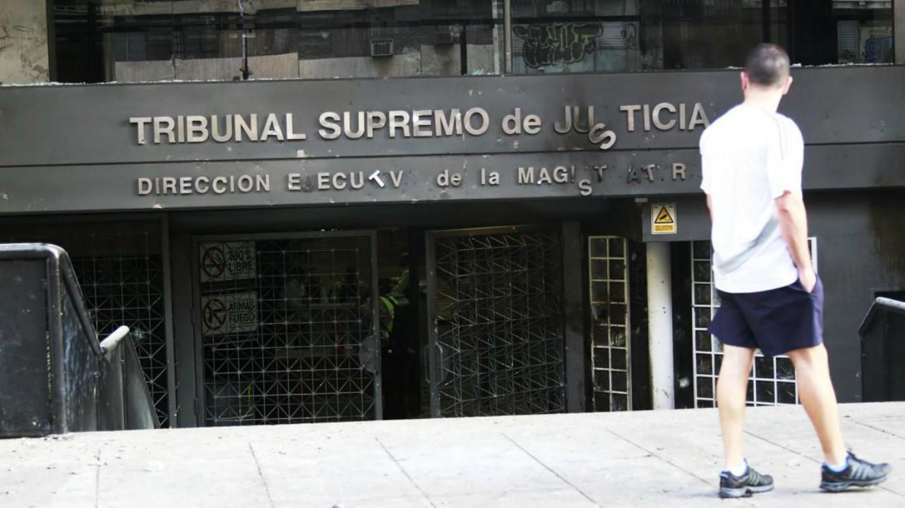 Durante las manifestaciones sujetos no identificados atacaron el edificio con piedras y otros objetos