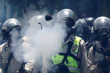 autopista francisco fajardo, manifestación opositora venezolana, pnb, gnb, funcionarios reprimen manifestación, bombas lacrimógenas, autopista ff, mud, defensoría del pueblo